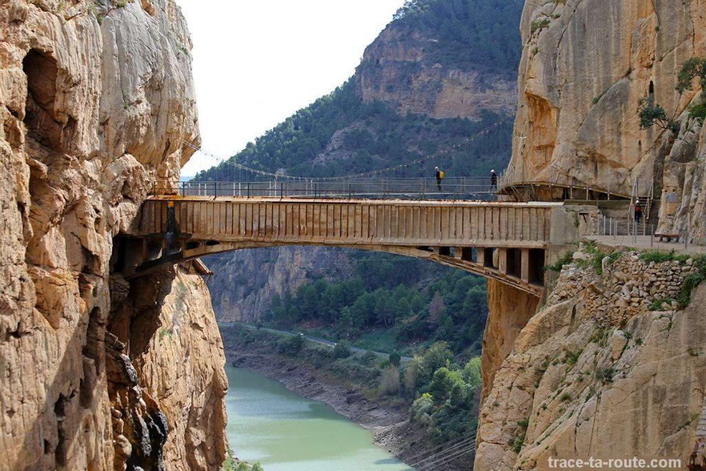Ponte suspensa sobre Los Gaitanes Desfile de Caminito del Rey - El Chorro Andaluzia Espanha Andaluzia Espana Espanha Ponte de montanha