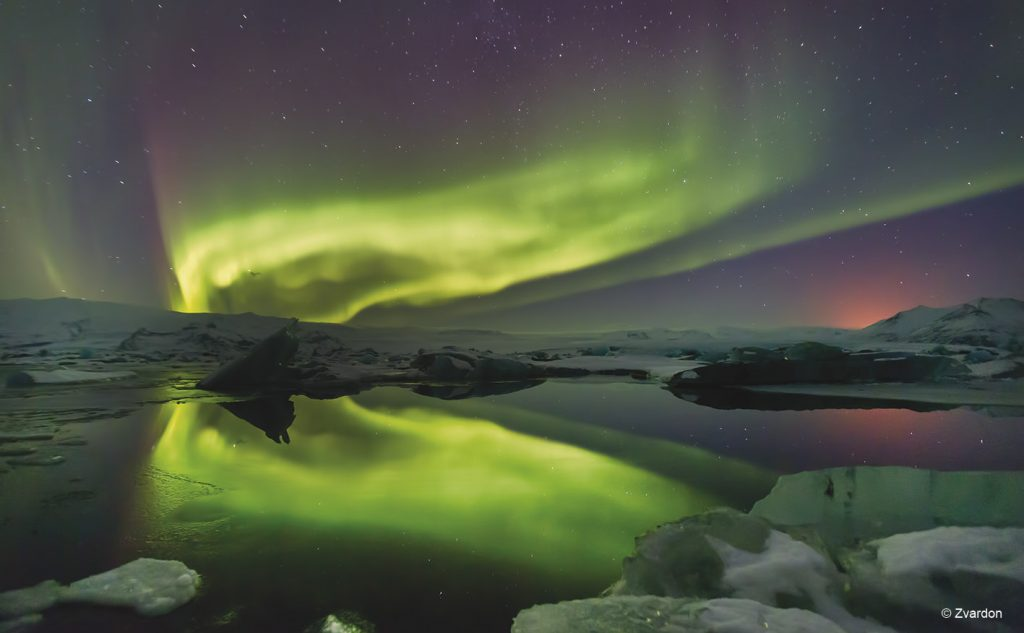 Luzes do norte sobre Jokulsarlon na Islândia © Zvardon