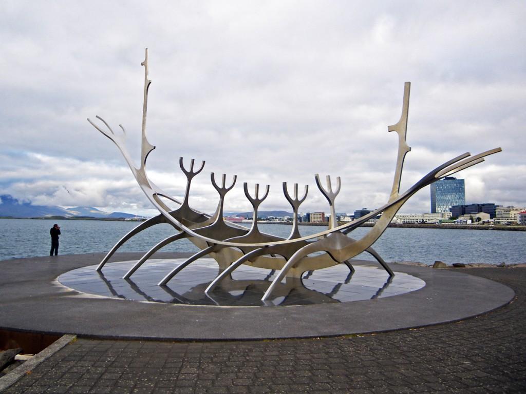 """Escultura Solfar quem """"Viajante do sol"""" em Reykjavik, Islândia"""
