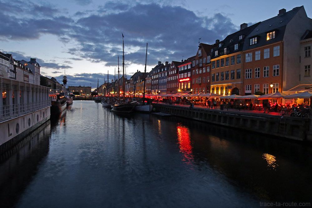 Canal Nyhavn à noite em Copenhagen: cais e fachadas coloridas (Dinamarca)