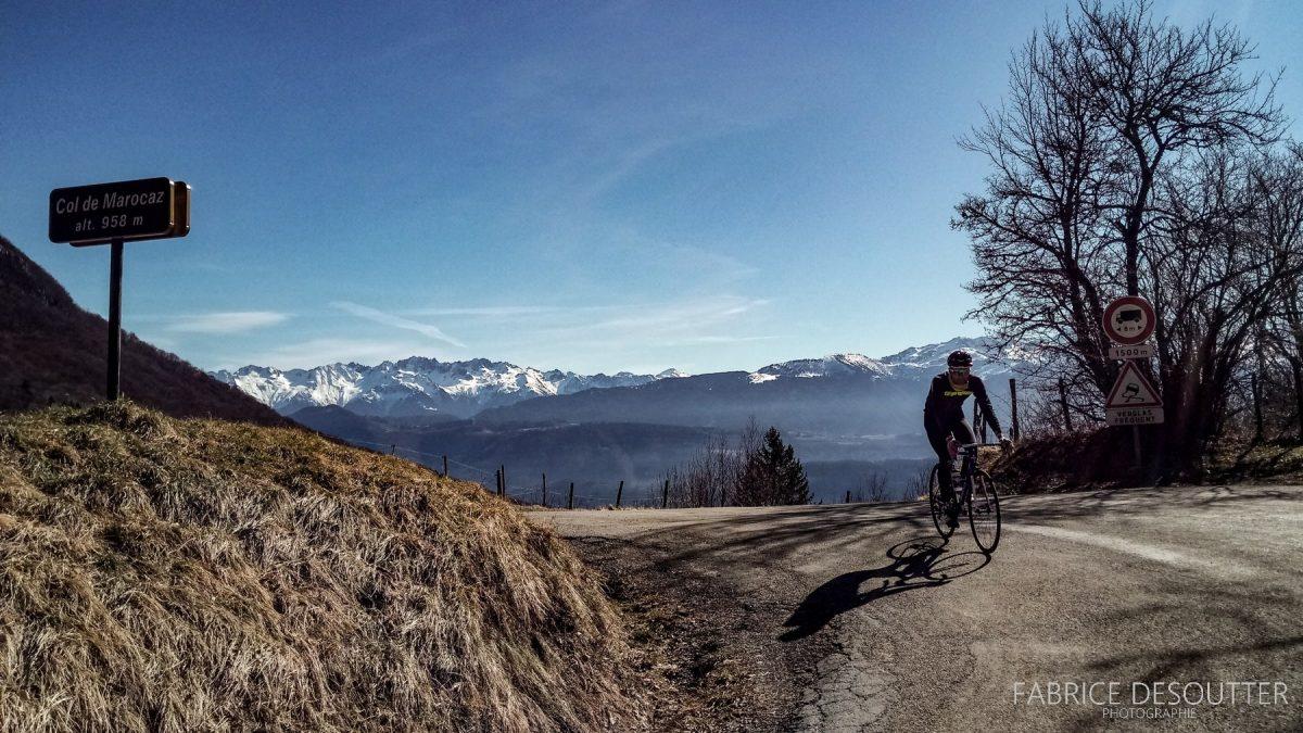De bicicleta Col de Marocaz de bicicleta - Massif des Bauges de bicicleta em uma paisagem de montanha ao ar livre