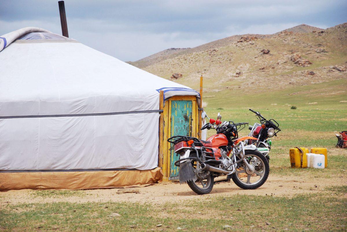 Moto e yurt nas estepes da Mongólia Ãsia Mongólia Ãsia Viagem por estrada