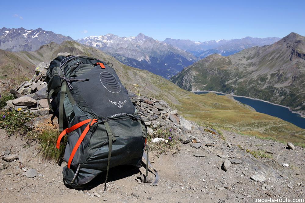 Mochila Osprey Atmos AG 65 no Col des Marches, acima do Lago Bissorte, durante o passeio em Mont-Thabor