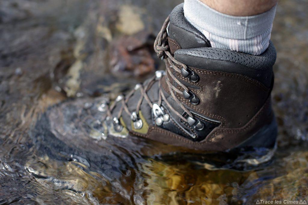 Teste à prova d'água de botas LOWA Ticam II GTX