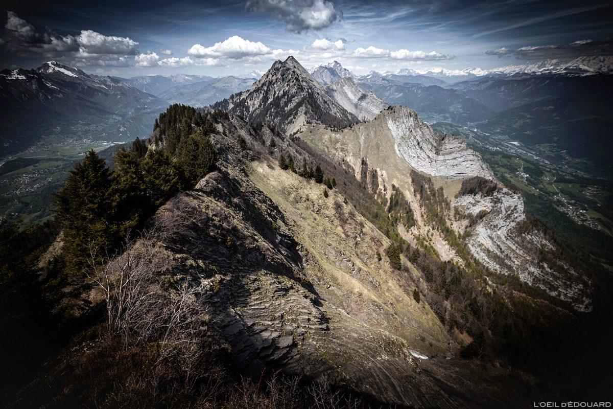 La Dent de Cons do cume de Belle Étoile, Bauges Savoie Alps - caminhada na montanha ao ar livre