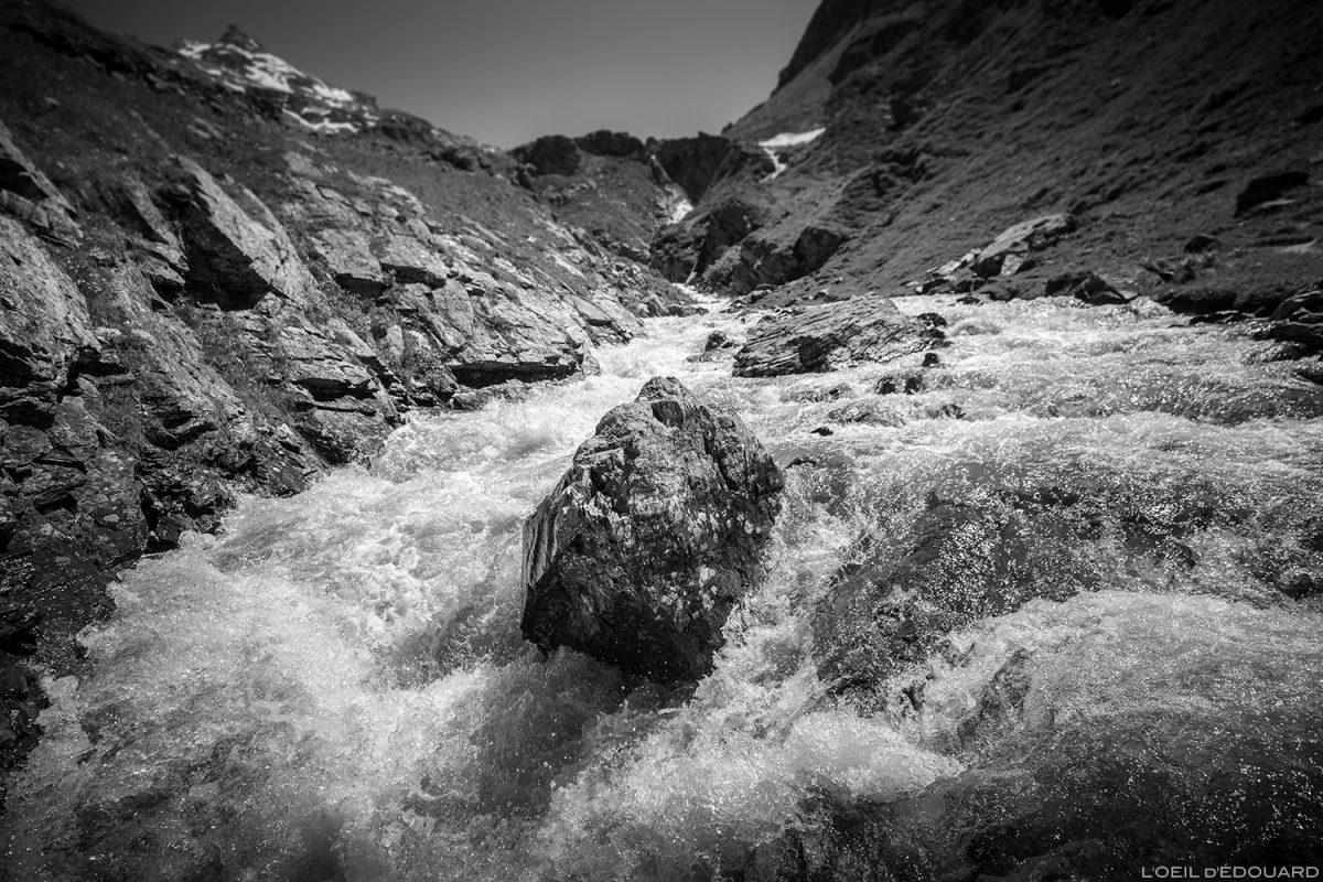 Ruisseau des Fours no Plan des Ouilles na trilha de caminhada para o Refuge du Fond des Fours - Maciço de la Vanoise, Montagne Alpes