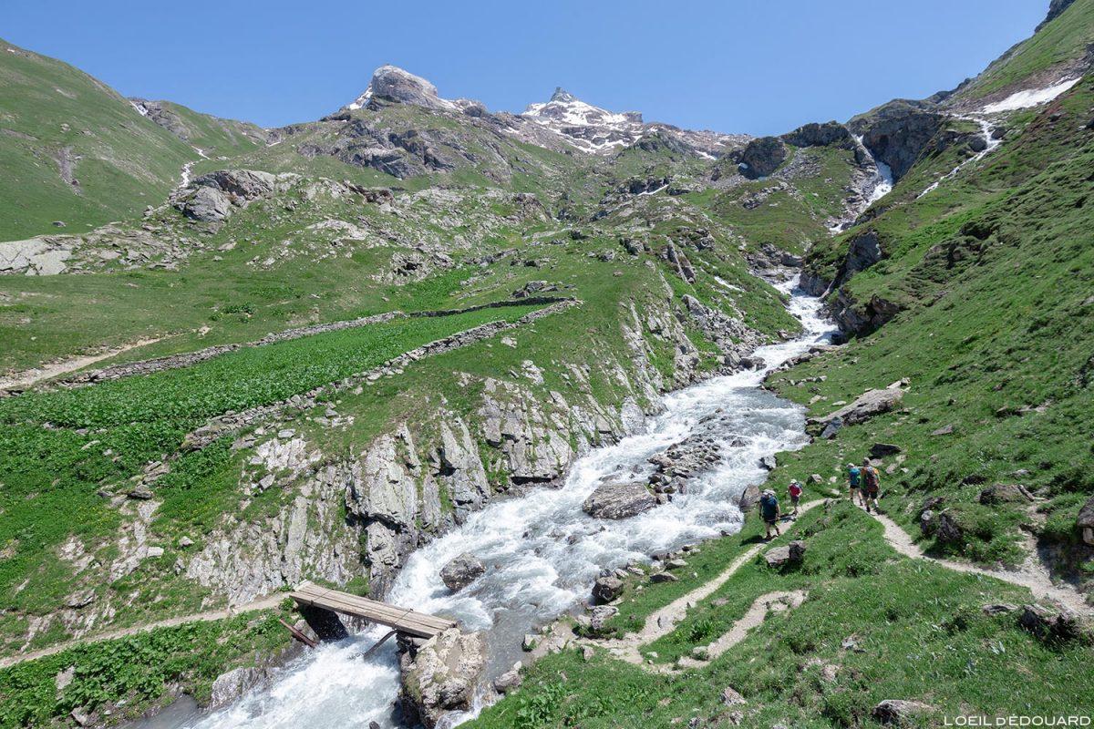 Ruisseau des Fours e cachoeira Plan des Ouilles no caminho para o refúgio Fond des Fours - Maciço de la Vanoise, Montagne Alpes Caminhadas nas montanhas