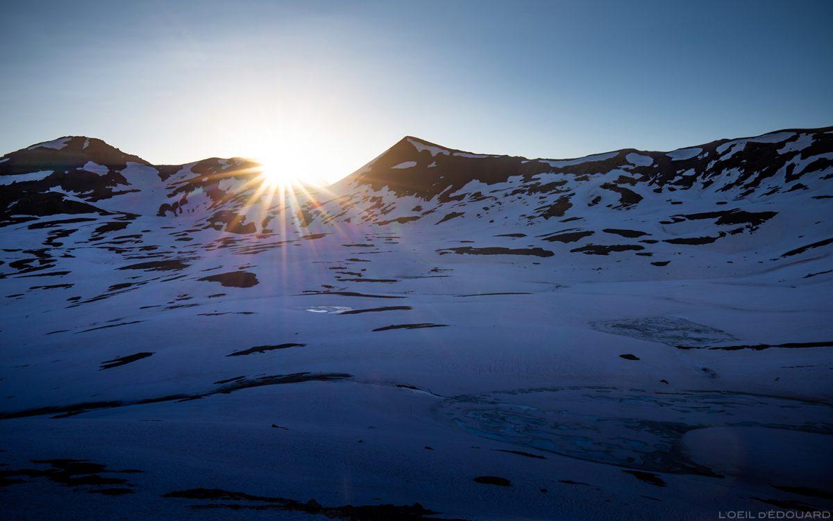 Nascer do sol atrás da Pointe de Bézin, maciço de Vanoise, paisagem montanhosa dos Alpes, paisagem do nascer do sol