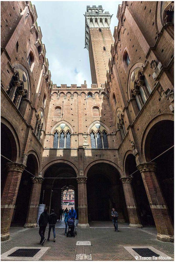 Visita do pátio do Podestà e da Torre del Mangia do Palazzo Pubblico de Siena