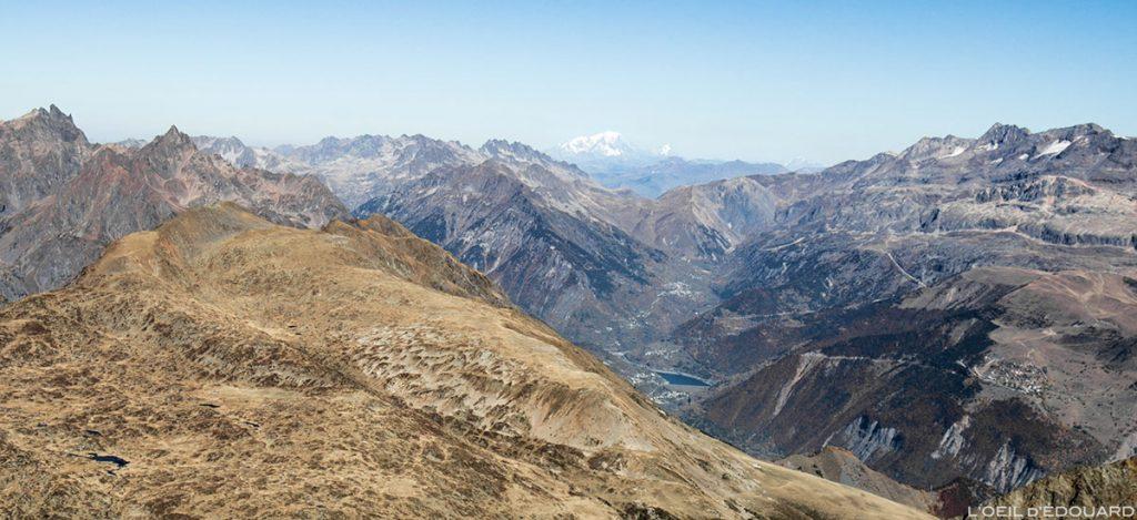 A cadeia Belledonne, o lago Verney, La Vaujany, Mont Blanc e as Grandes Rousses do cume de Taillefer