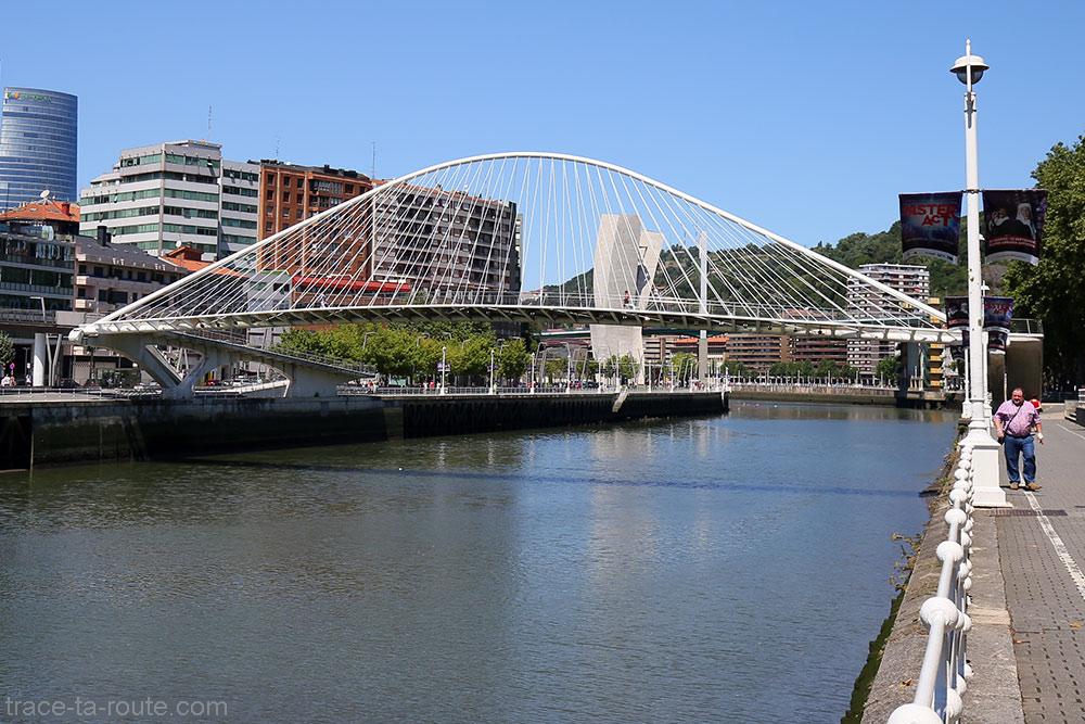 Ponte Zubizuri (Santiago Calatrava) sobre o rio Nervion em Bilbao