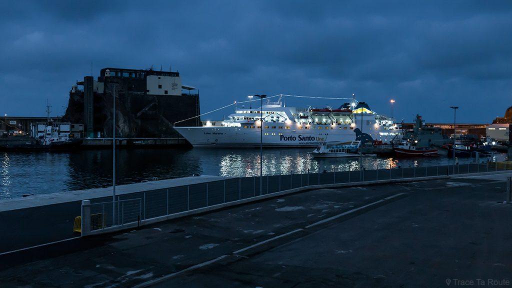 Balsa da linha Porto Santo no porto do Funchal, Madeira / Madeira
