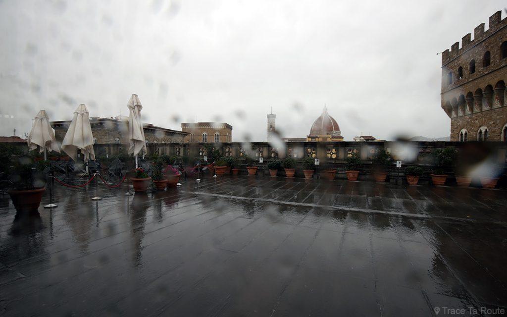 Vista do café ao ar livre do Museu Uffizi em Florença (Galeria Uffizi em Florença)