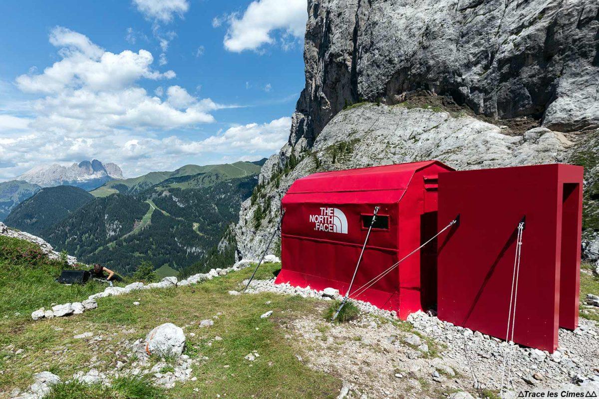 O projeto North Face Pinnacle em Bivacco Zeni nas Dolomitas, Itália / Montanhas Dolomitas Itália