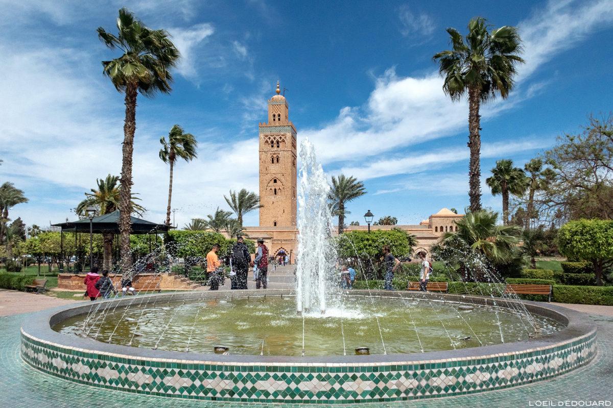 Fonte no Parque Lalla Hasna com o minarete da Mesquita Koutoubia em Marraquexe, Marrocos / Marraquexe, Marrocos