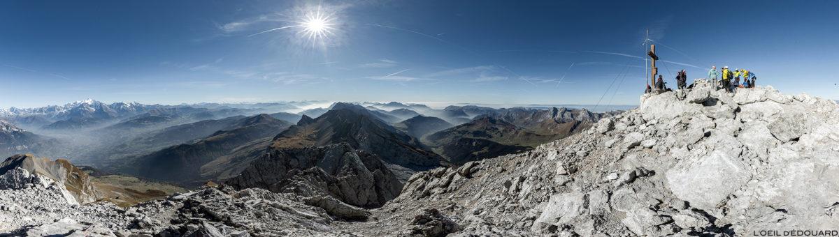 Vista panorâmica no topo de Pointe Percée: o maciço de Aravis, Haute-Savoie