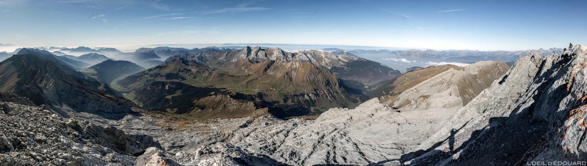 Vista panorâmica do topo de Pointe Percée: Le Grand Bornand e Le Bargy, Haute-Savoie