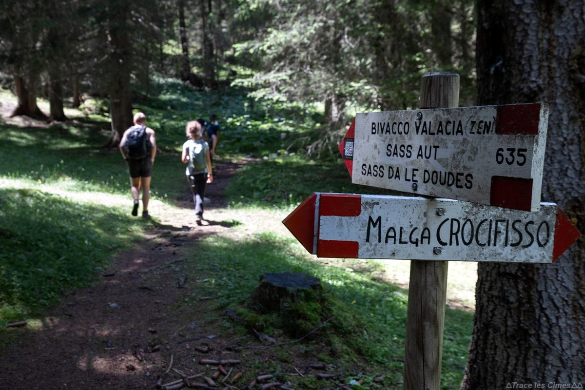 Trilha de caminhada em Val Monzoni nas Dolomitas, Itália / Dolomitas Itália