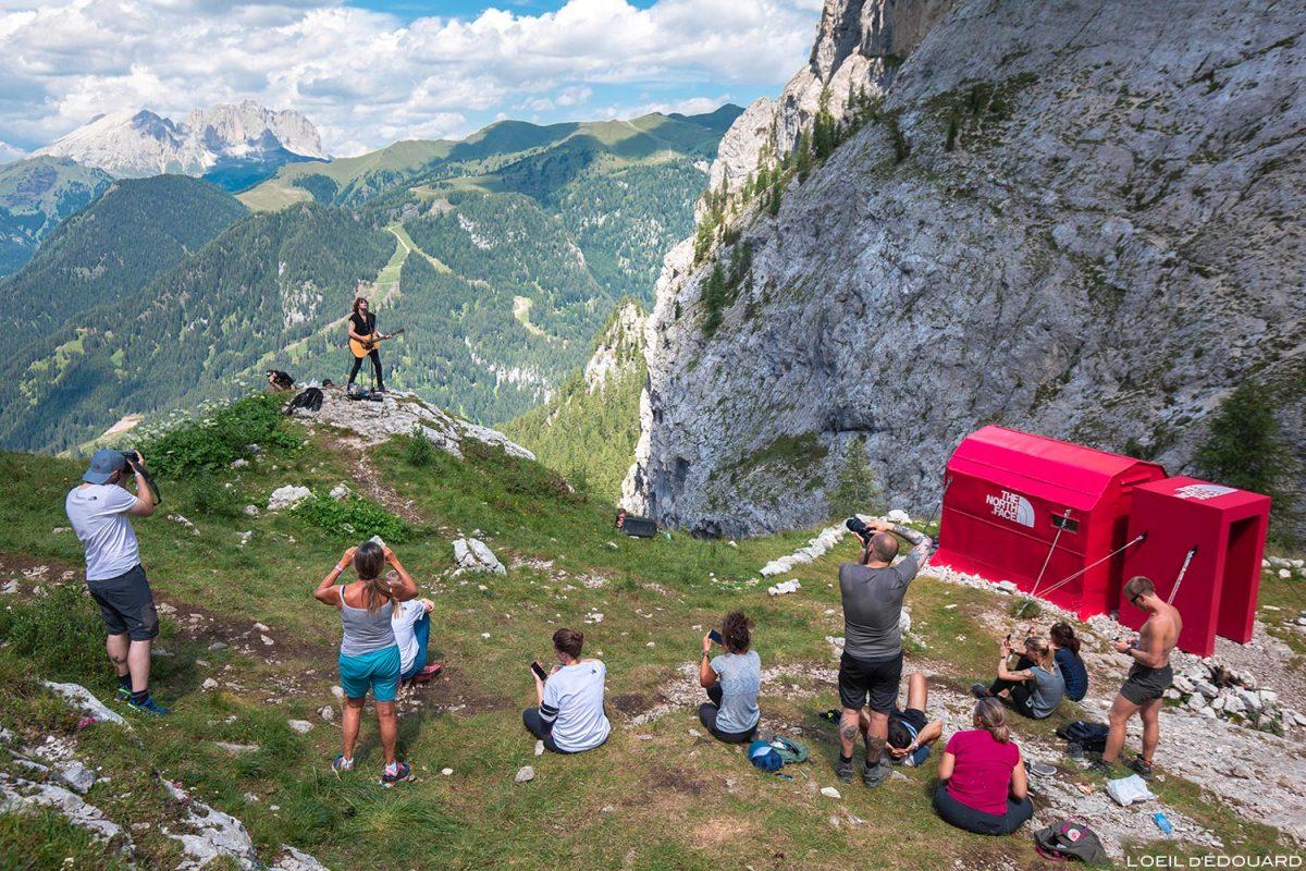 Concerto ao vivo Barns Courtney no Projeto Pinnacle Bivacco Zeni The North Face Mountain Festival 2018 em Val San Nicolo nas Dolomitas, Itália / Dolomitas Itália Itália