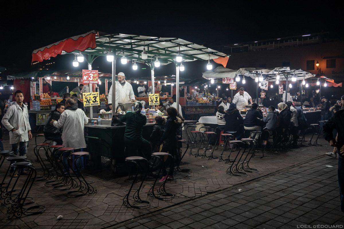 Comer em um restaurante de caramujos na praça Jemaâ el-Fna em Marrakech, Marrocos / Marrakesh Maroc