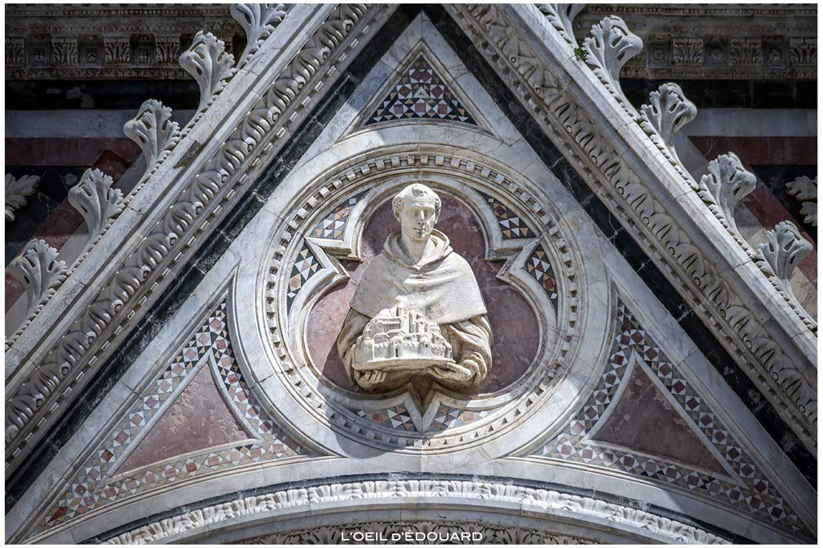 Escultura de estátua na fachada gótica da Catedral de Siena Domomo di Siena (Santa Maria Assunta)