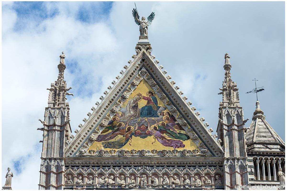 Estátuas e esculturas em mosaico dourado (Alessandro Franchi) na fachada gótica da Catedral de Siena Domomo di Siena (Santa Maria Assunta)