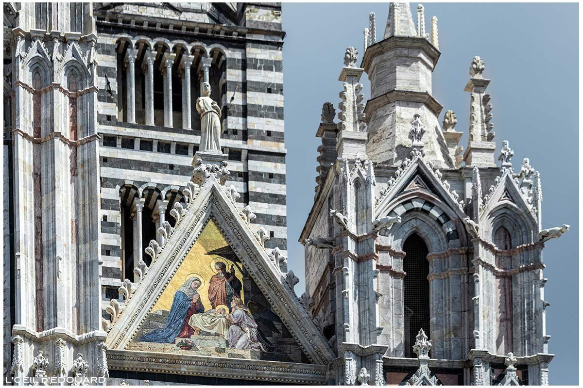 Estátua e esculturas em mosaico dourado (Alessandro Franchi) na fachada gótica da Catedral de Siena Catedral de Siena (Santa Maria Assunta)