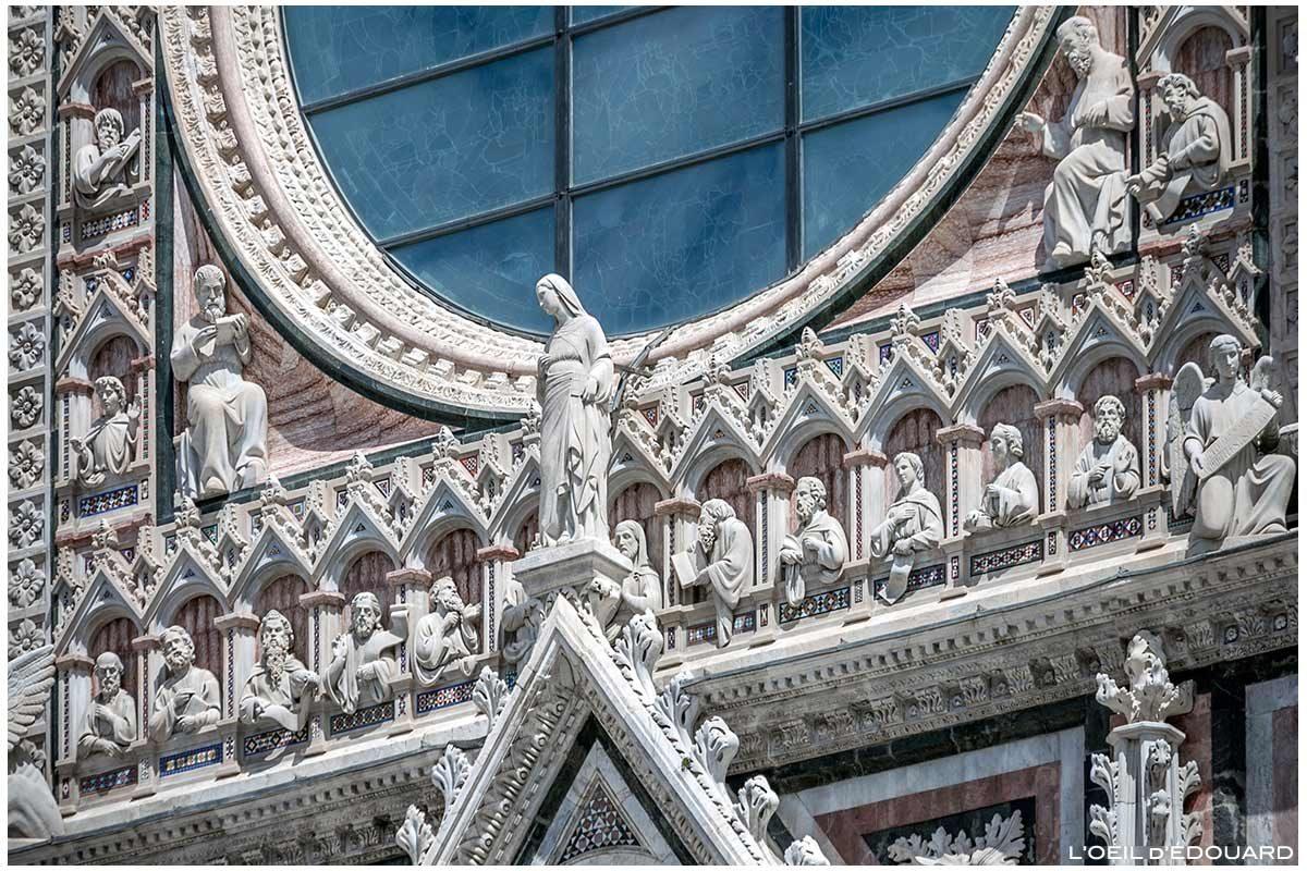 Estátuas de esculturas na fachada gótica do Duomo di Siena Duomo di Siena (Santa Maria Assunta)