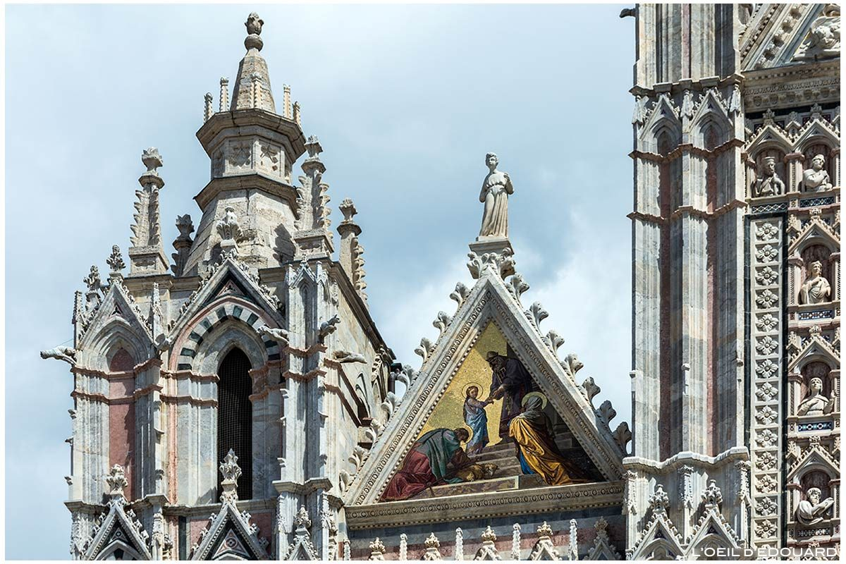 Estátua e esculturas em mosaico dourado (Alessandro Franchi) na fachada gótica da Catedral de Siena Domomo di Siena (Santa Maria Assunta)
