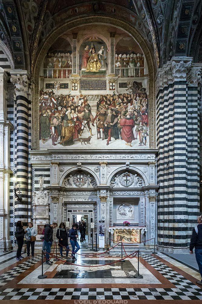 Catedral de Siena - interior Nova Catedral de Siena (Santa Maria Assunta): Portal de Lorenzo di Mariano Marrina + afresco da coroação papal de Pio III.  (1504) por Pinturicchio