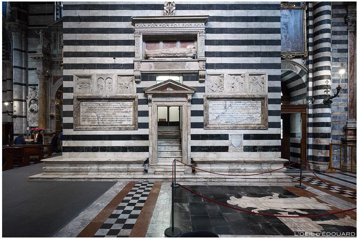 Base da torre sineira da Catedral de Siena - Catedral de Siena (Santa Maria Assunta): lápide do Bispo de Pienza Tommaso Piccolomini, de Neroccio + cenas da vida da Virgem, Urbano de Cortona