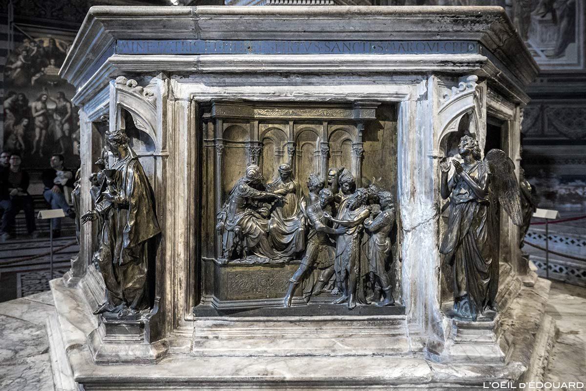 Giovanni Battista na frente de Herodes (1427) Lorenzo Ghiberti da pia batismal do Batistério de San Giovanni, Catedral de Siena / He Battista na frente de Herodes (1427) Lorenzo Ghiberti - Batistério de San Giovanni, Duomo OPA Siena