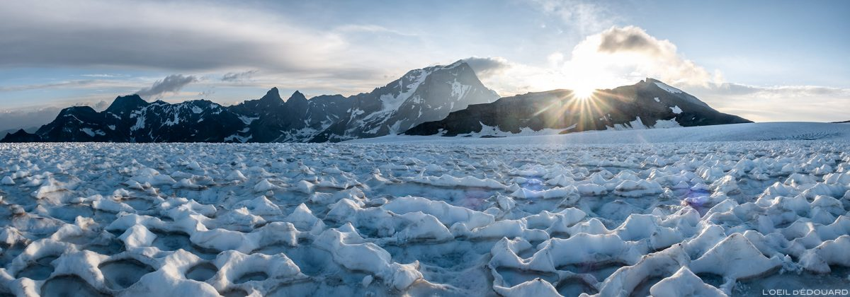 Montanhismo: nascer do sol atrás da Pointe de la Réchasse e do Grande Casse da geleira Roche Ferran, Maciço de la Vanoise