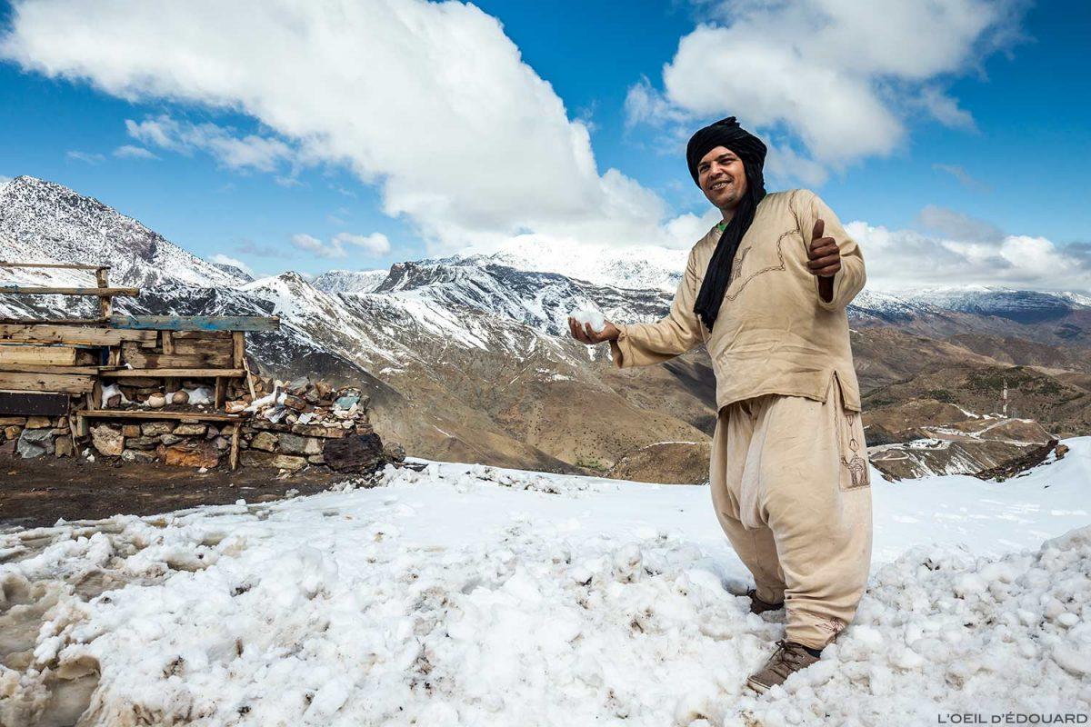 Neve no caminho para o Col de Tizi n'Tichka e as montanhas de Haut Alas no Marrocos
