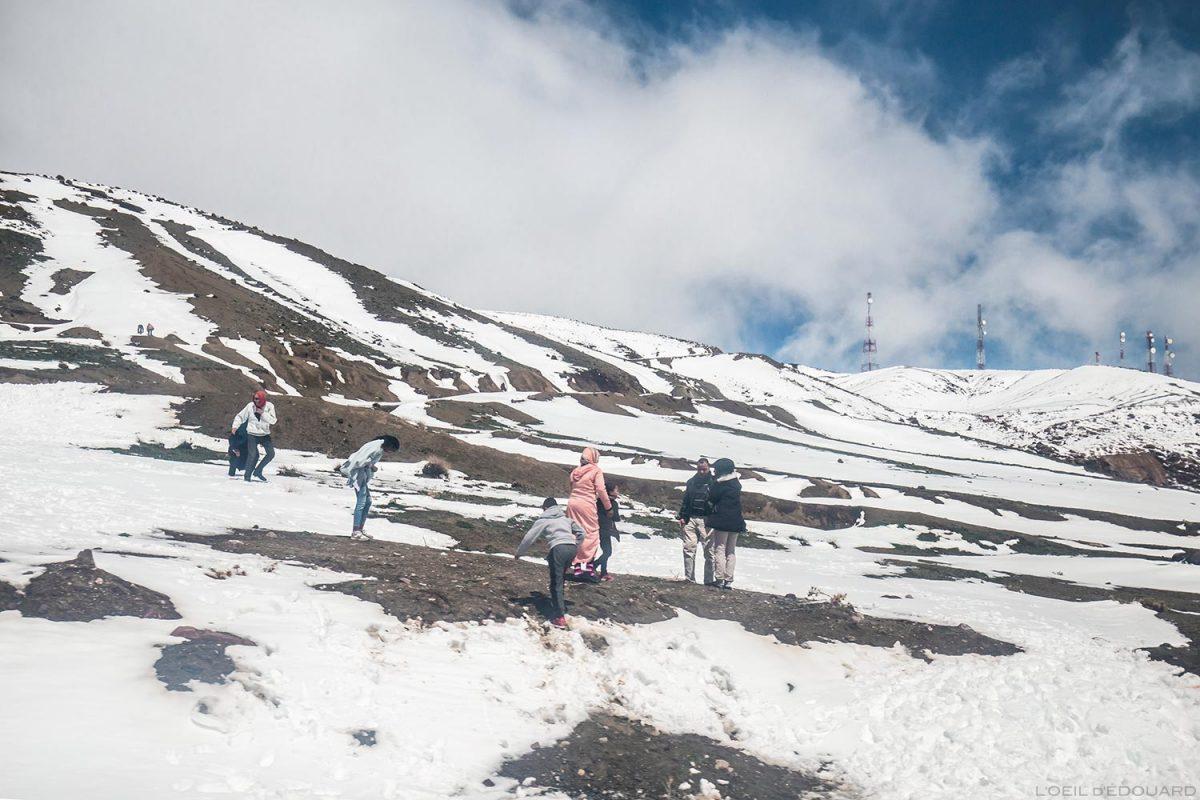 Família marroquina brincando na neve no Col du Tichka, Marrocos