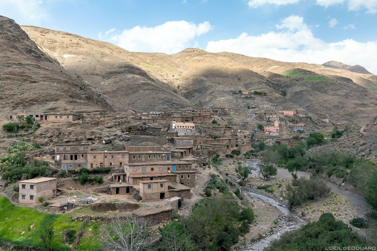 Aldeia marroquina de Aït Ben Hammar e Oued Tichka, vale de Tichka no Marrocos