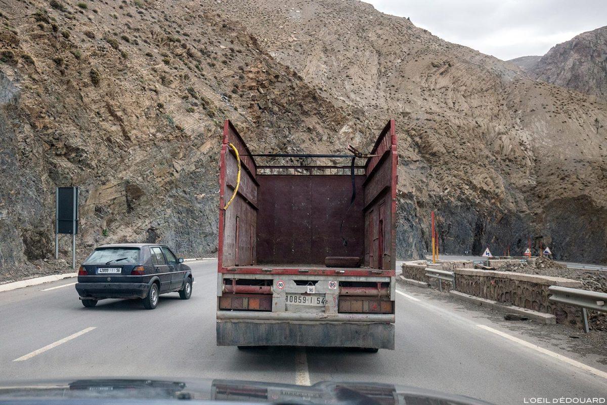 Trânsito em Marrocos na estrada Col du Tichka