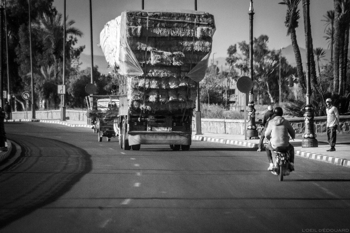 Caminhão carregando palha em uma rua de Marrakesh