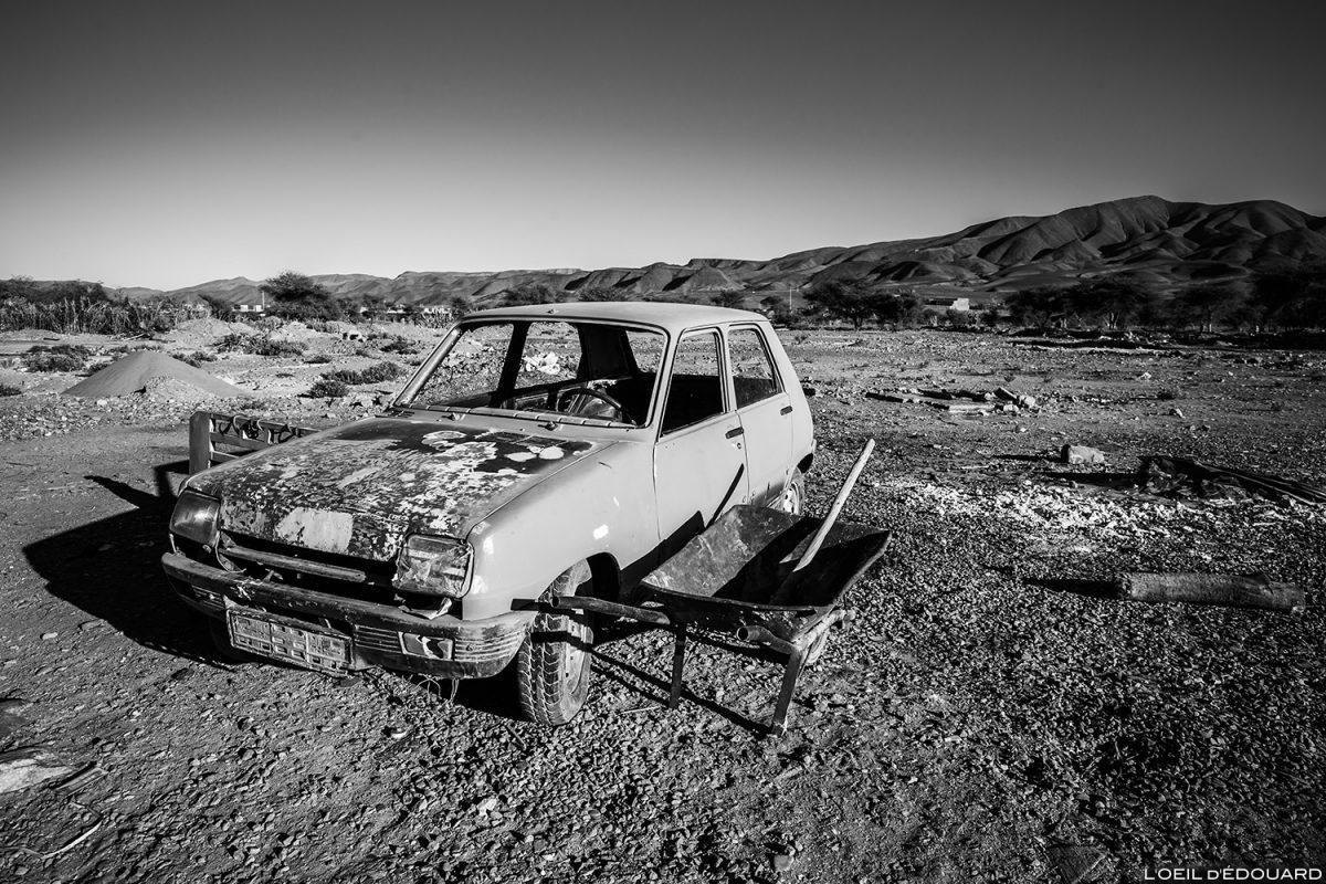 Carro abandonado na cidade de Agdz, vale Draâ, Marrocos © L'Oeil d'Édouard