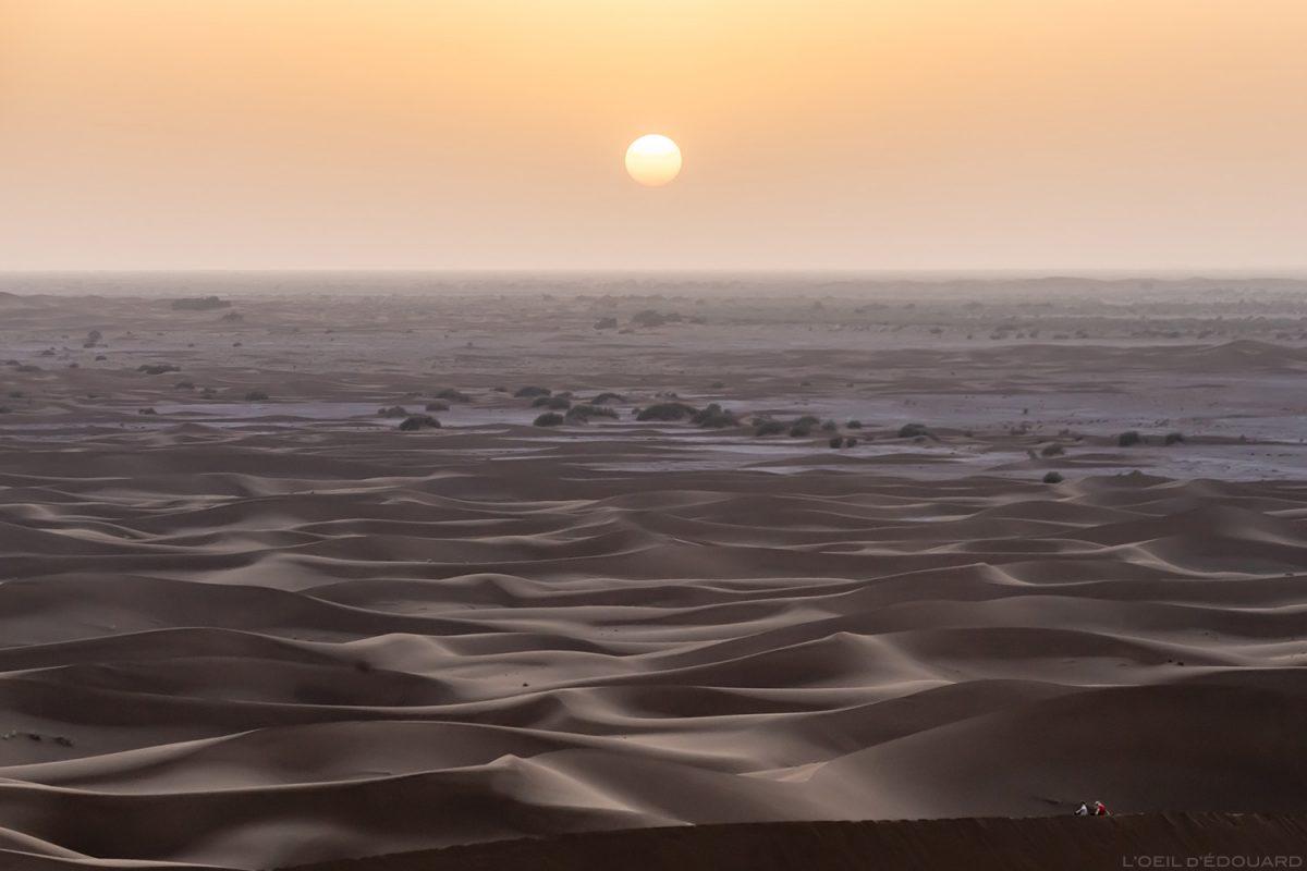 """Pôr do sol sobre o deserto marroquino na duna uivante """"Muito difícil"""""""