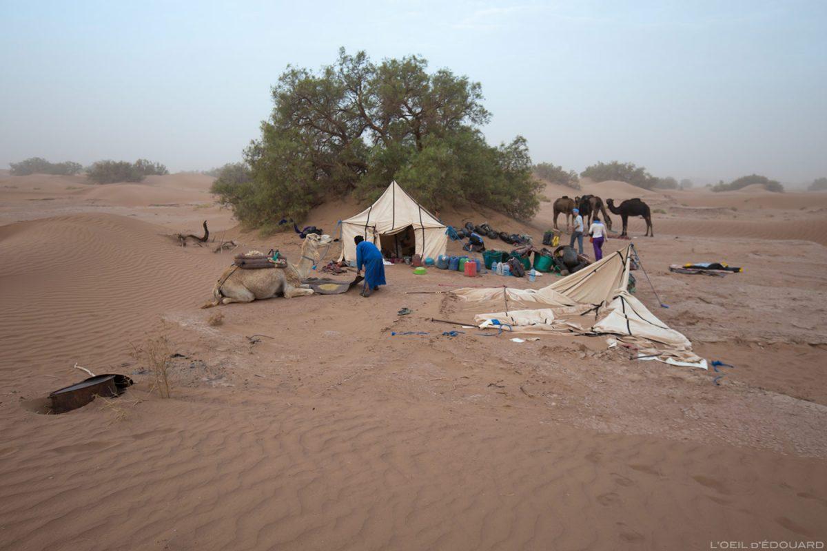 Bivouac, acorda após uma tempestade de areia no deserto marroquino