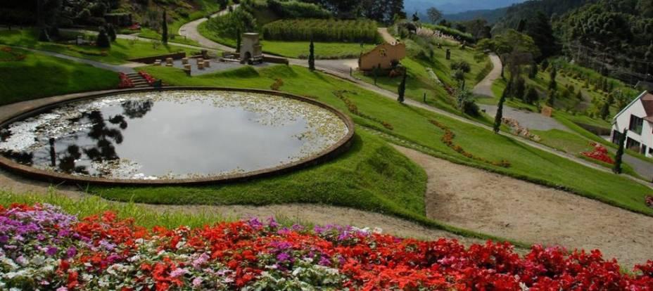Os jardins do Parque Amantikir são bem cuidados e oferecem um agradável passeio pela natureza.