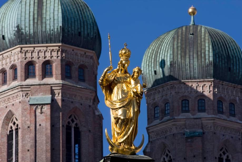 A Marienplatz de Munique abriga alguns dos edifícios mais importantes da cidade, incluindo a Coluna Mariana do século 17