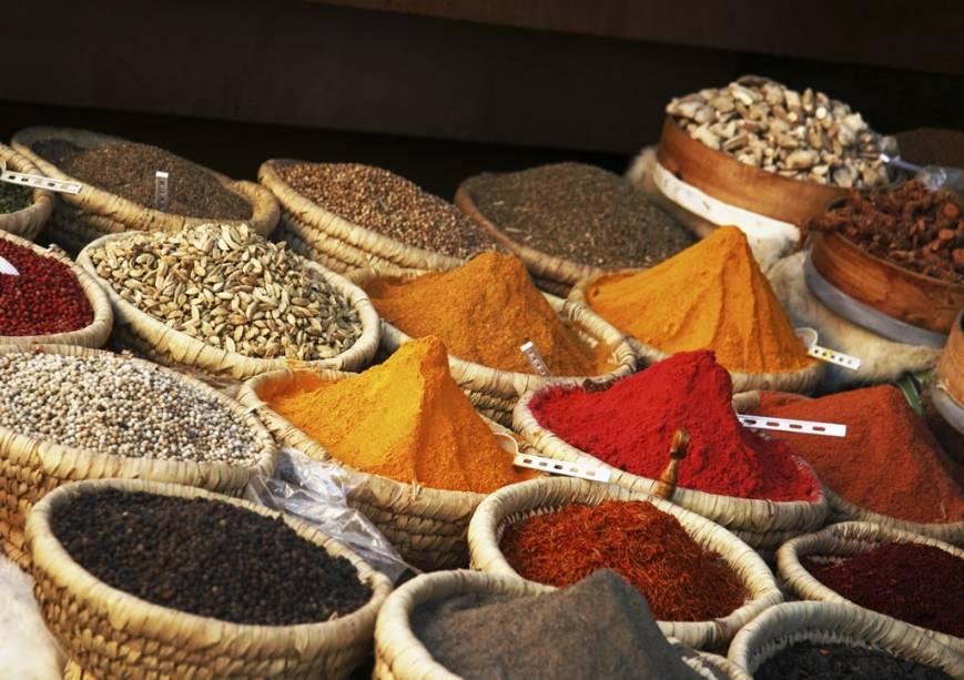Especiarias coloridas e variadas são uma das características dos mercados tradicionais do Egito