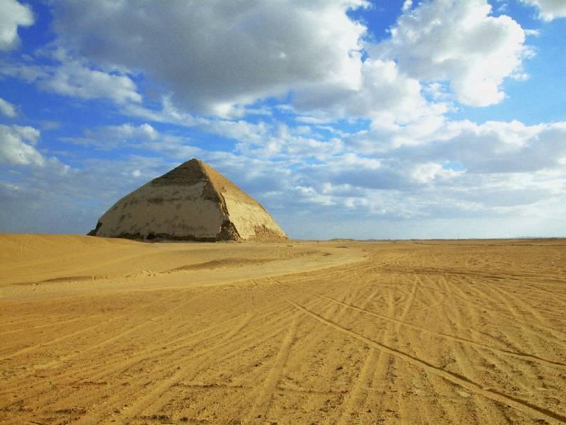 Pirâmide romboide (pirâmide curva), perto da necrópole de Memphis, Egito