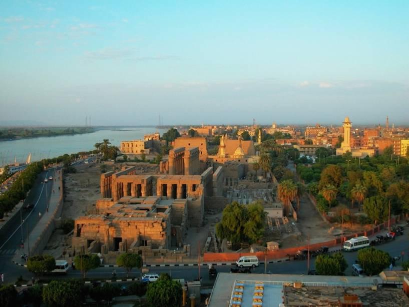 Vista geral da cidade de Luxor com o Nilo à esquerda e o templo de Luxor no centro