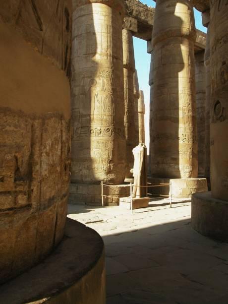 Câmara hipostila no complexo de templos de Karnak, Egito
