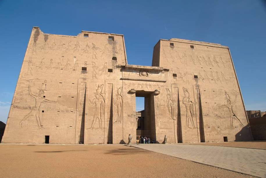 Primeiro pilar do templo de Horus, Edfu.  Esta construção ptolomaica é uma das mais bem preservadas de todo o Egito