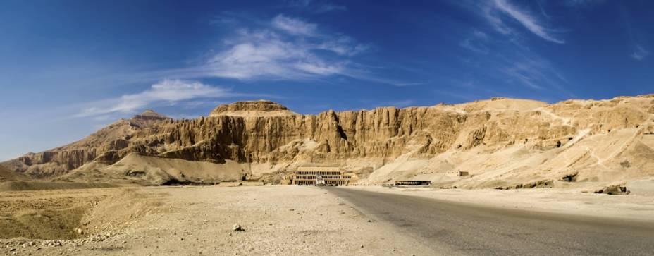 Vista geral de Deir-El-Bahari, onde o templo mortuário do Faraó Hatshepsut está localizado em Luxor