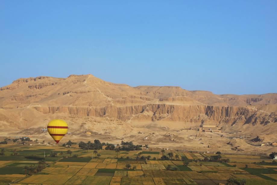 Planície da margem oeste de Luxor, à esquerda o templo de Hatshepsut.  Atrás dessas montanhas fica o Vale dos Reis